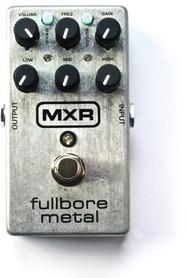 M116 MXR FULL BORE Nowy król brzmień metalowych. Kompaktowa obudowa zamyka w sobie układ będący w stanie wyprodukować nowoczesne, brutalne metalowe brzmienie. Na pokładzie znajduje się bramka szumów ułatwiająca granie perkusyjnych riffów. Rozbudowana sekc